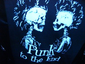 """Punk to the end"" auf der Lederjacke meines Vordermannes"