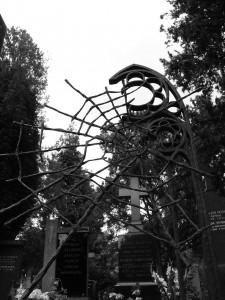 Gothic Prag Friedhof Vysehrad Spinnennetz als Grabstein