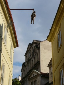 prag skulptur von david cerny hanging out