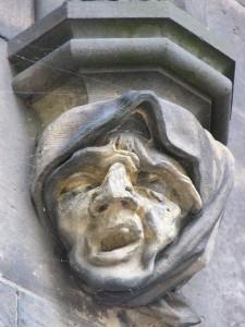 Prag St.Peter und Paul Kirche - gruselige Gesichter