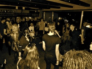 Die-Elektronische-Nacht-Tanzende