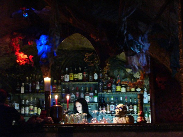 gothic-girl-theke-horor-bar