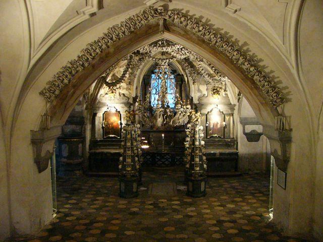 Eingang-knochenkirche-bei-prag