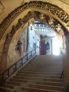 Eingangstreppe-kutna-hora-knochenkirche