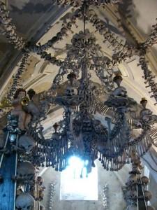 knochenlüster-engel-knochenkirche-bei-prag