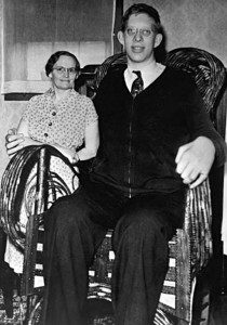 Robert Wadlow mit seiner Mutter (Foto: Wikimedia Commons)
