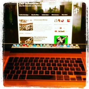 """Mein Blog """"Der schwarze Planet"""" auf einem damals beliebten Laptop der Firma Apple - anno 2013"""