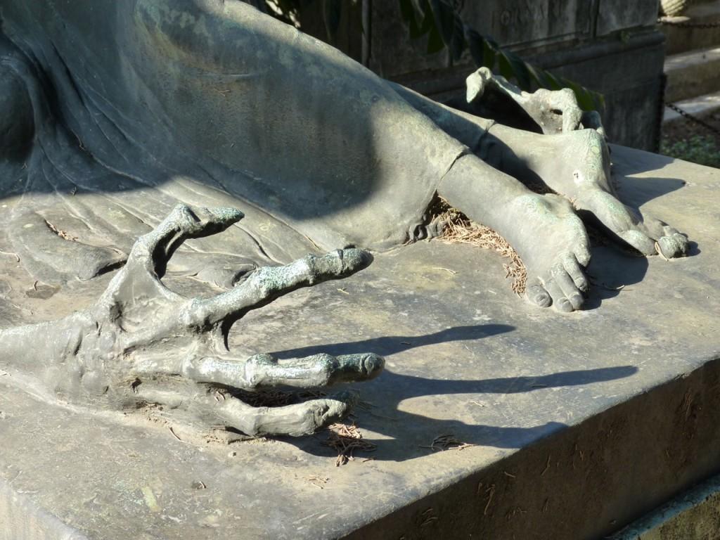 grabbing-hands-friedhof-rom-verano