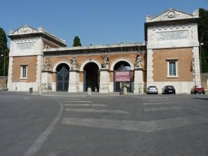 Haupteingang Cimitero del Verano mit vier Empfangsdamen am Portal