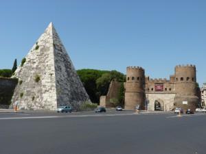 Cestius-Pyramide mit dem Stadttor Porta San Paolo