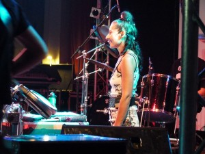 Karin Sherret: Gesang + Drum Percussion