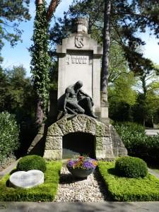Grabpatenschaft: hinten das Grab zur Pflege, vorn links der herzförmige Kissenstein ist ein Grab des Paten