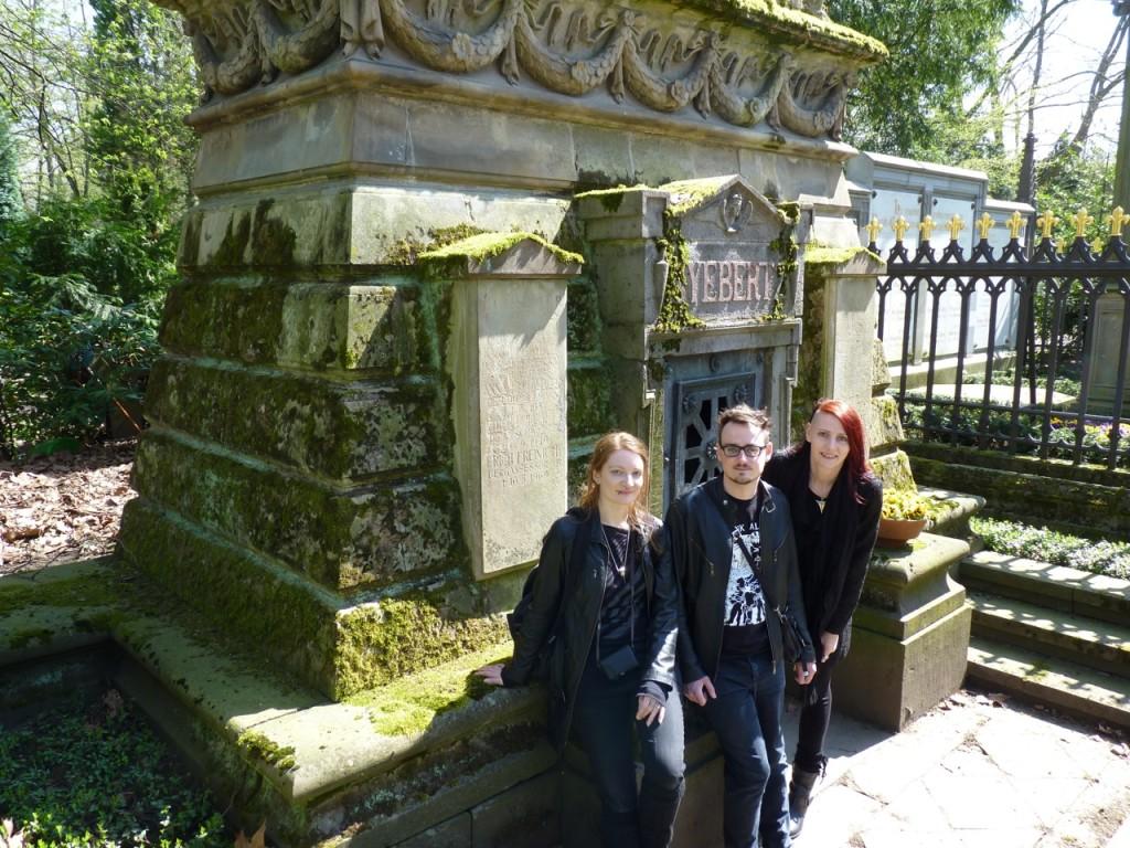 Wir drei: Grufti-Treffen auf dem Friedhof ;)