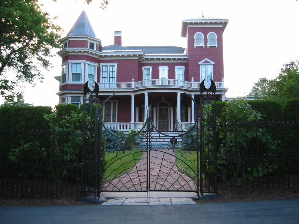 Stephen Kings Haus in Bangor (Maine). Man beachte die Tor