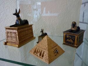 Der ägyptische Totengott Anubis als Tierurne