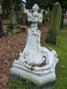 grabstein-trauer-vergrabenes-gesicht