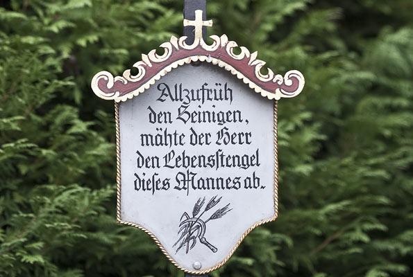 """Marterlsprüche zum Schmunzeln: """"Allzufrüh den Seinigen, mähte der Herr den Lebensstengel dieses Mannes ab."""" (Foto: www.sagzahnschmiede.com)"""