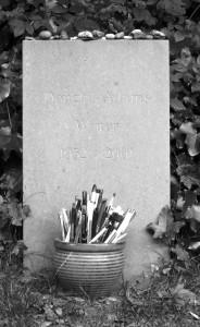 Douglas Adams Grab mit Kugelschreibern (Foto: Andy G.)