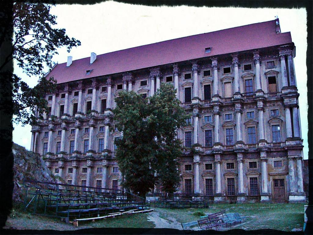 """Der Schlossflügel von """"innen"""" mit wunderbaren Säulen. Links der Trümmerberg der alten Burg."""