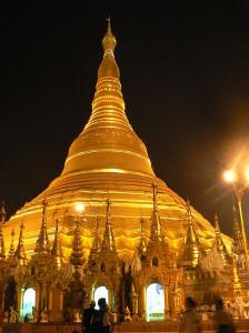 Shwedagon Pagode bei Nacht, Yangon, Myammar - Foto: eigenes Werk von YashiWong (CC-BY-SA-3.0-2.5-2.0-1.0 via Wikimedia Commons)
