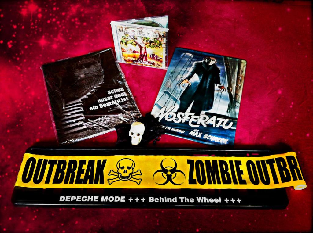 Zu gewinnen: Das schwarze Paket und seine 6 Innereien > Bildband, Hörbuch, Nosferatu-Blechschild, Schädel-Replik, Zombie-Absperrband, Kfz-Kennzeichenhalter Depeche Mode