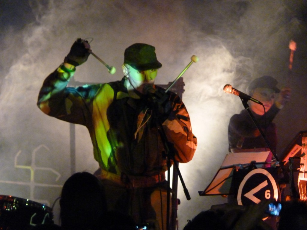 Six Comm (GB): Patrick Leagas mit Maske und Tarnanzug