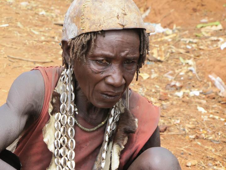 ältere Bana-Frau - mit Schädelschale auf dem Kopf (?)