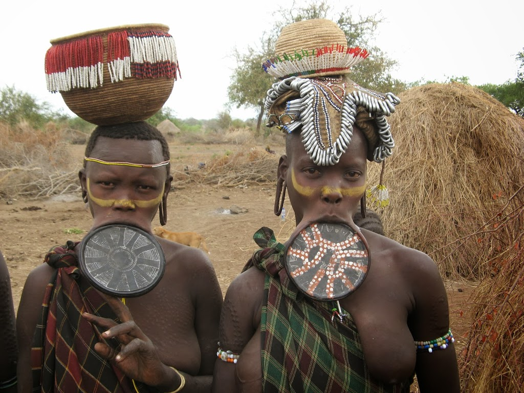 Teller mit Lippe > bei den Mursi in Äthiopien » Der schwarze Planet