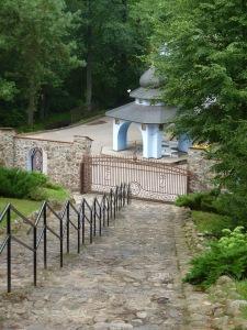 Das Wasserhäuschen der heiligen Quelle am Fuße der Bergtreppe