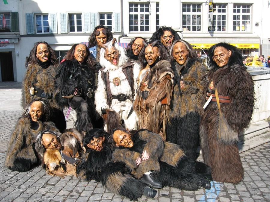 """Krampusgruppe (eine """"Pass"""") mit den Masken von Miguel Walch (Foto: www.miguelwalch.com)"""
