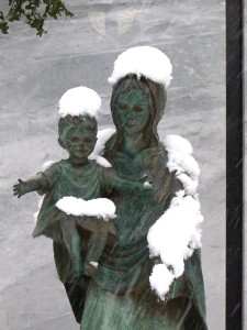 mutter-kind-grabstatue