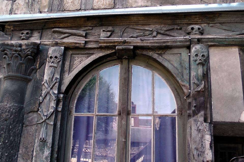 Kommt Rosa Crux Fans bekannt vor - Verzierungen am Aitre Saint-Maclou in Rouen (Danke für das Foto an Ilona)