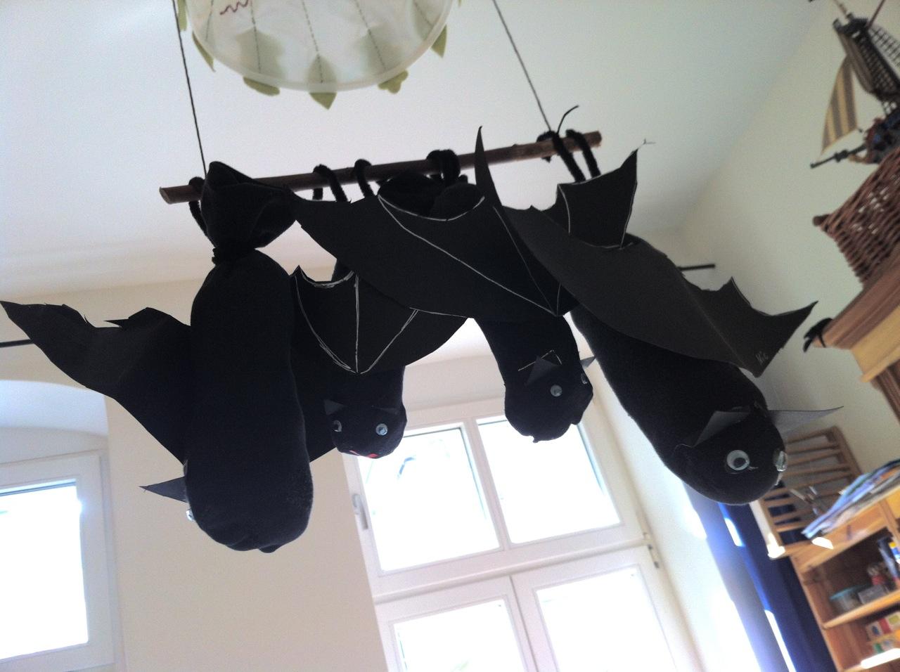 fledermaus basteln aus einer socke halloween bastelideen. Black Bedroom Furniture Sets. Home Design Ideas