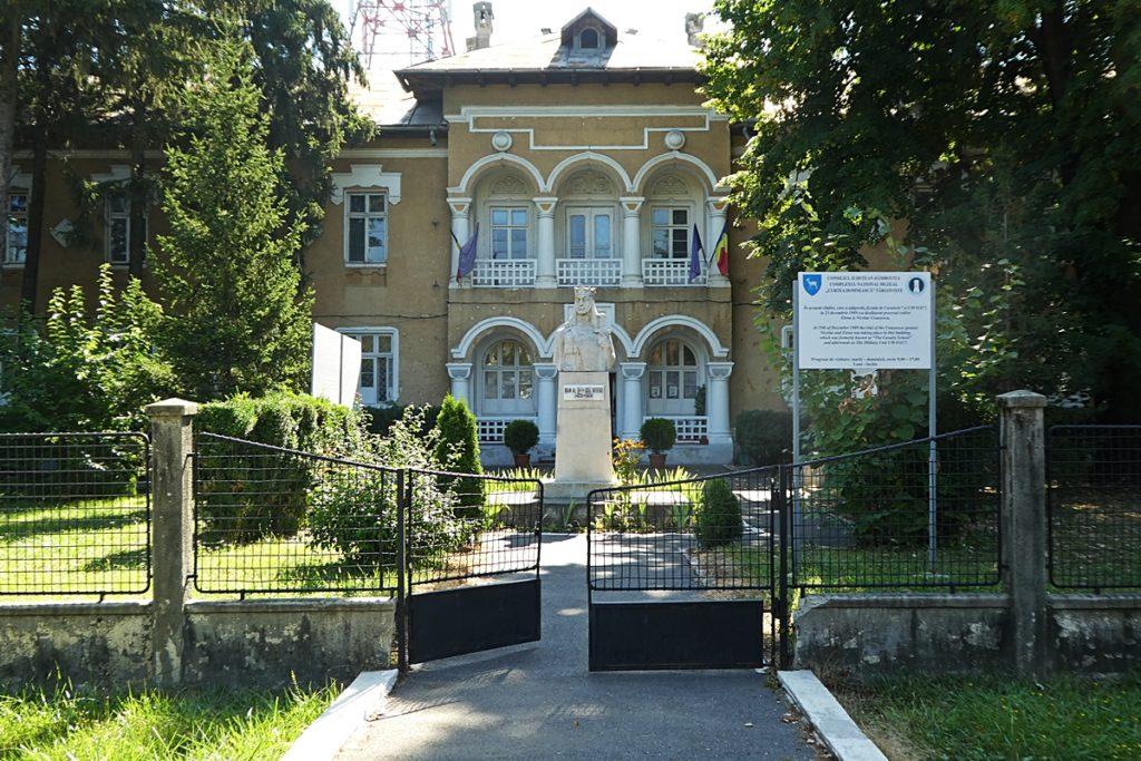 "Eingang des ""Museums of Communism"", der Hinrichtungsstätte Ceausescus"