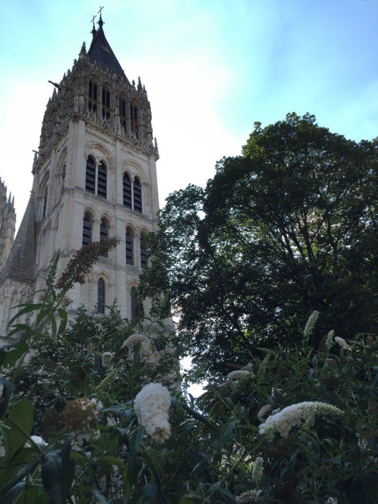 Rouens Super-Kathedrale garniert an Sommerflieder