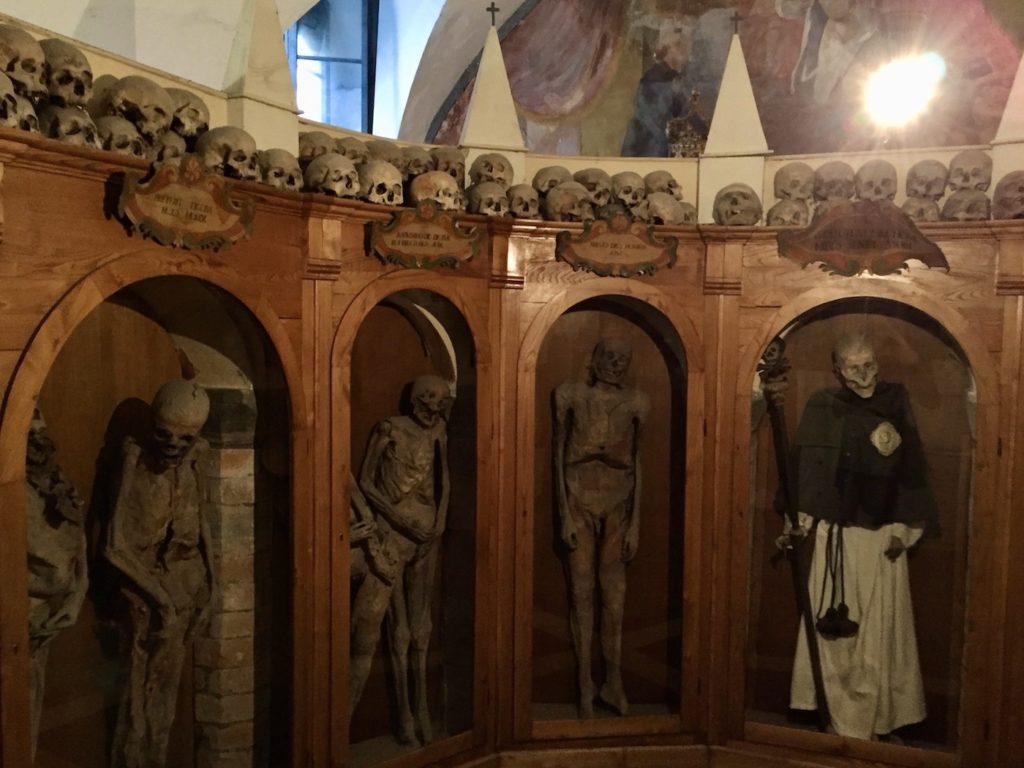 """Die Mumien von Urbania in der """"Chiesa dei Morti"""""""