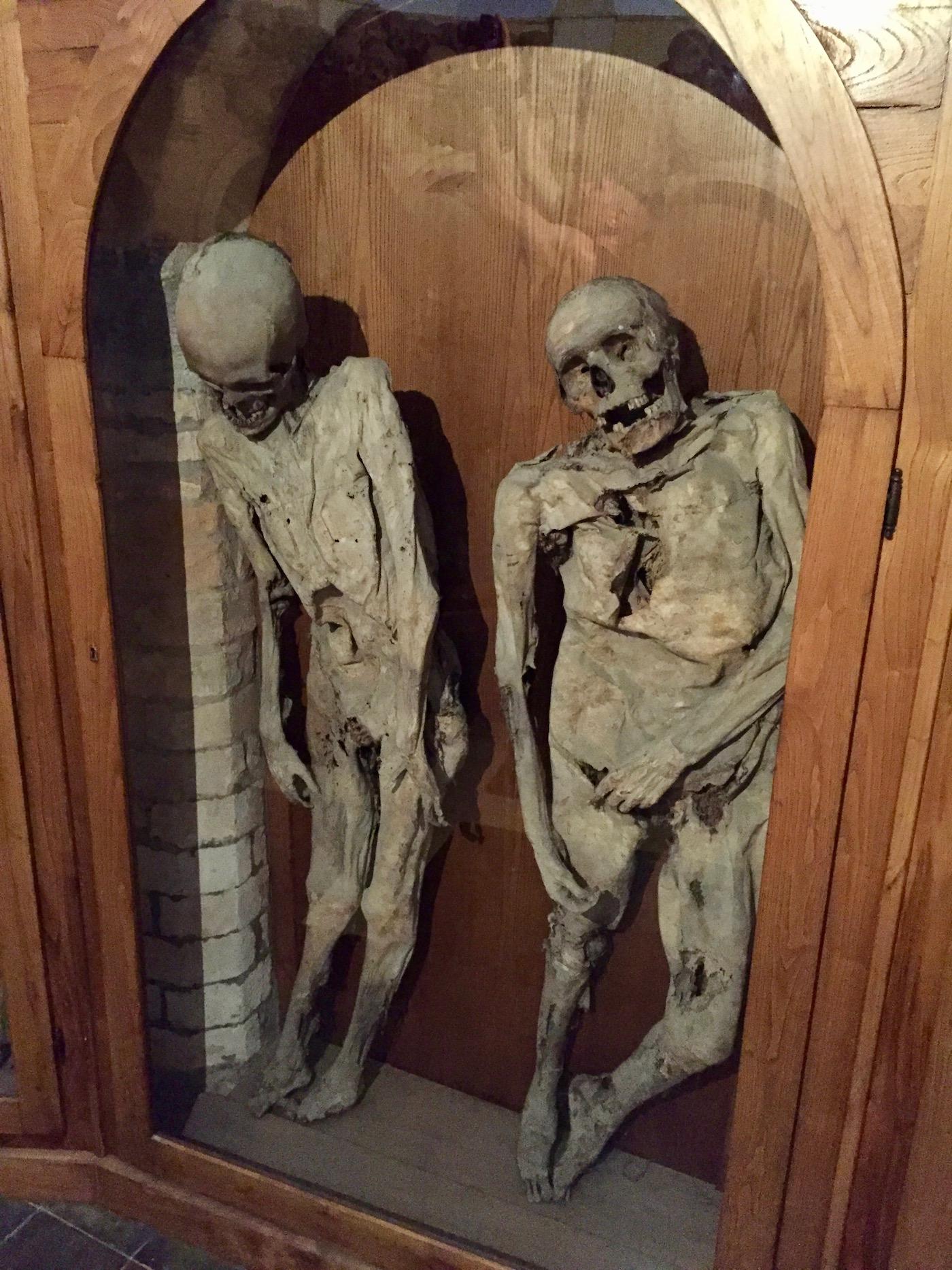 Mumie eines Erhängten (links)