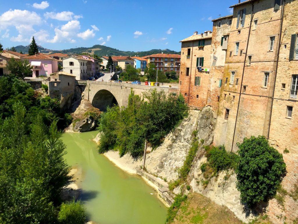 Stadtmauer von Urbania mit Fluß Metauro